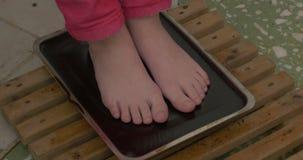 Voetbehandeling De voet ontvangt de behandeling van de hittetherapie met fangoomslag Behandelingen het gebruiken paraffine-ozocer stock videobeelden