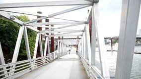 Voetbrug stock videobeelden