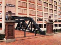Voetbrug aan de bureaubouw Stock Foto's