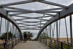 Voetbrug aan het Strand Stock Afbeelding