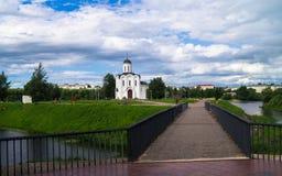 Voetbrug op de manier naar de Kerk van StMichael de Grote Prins van Tver, stad van Tver, Rusland stock foto's