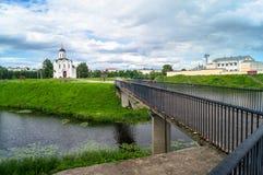 Voetbrug op de manier naar de Kerk van StMichael de Grote Prins van Tver, stad van Tver, Rusland royalty-vrije stock foto