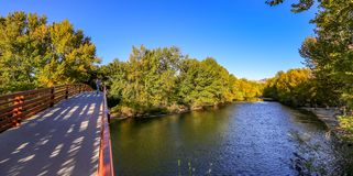 Voetbrug over Boise River, Idaho stock foto's