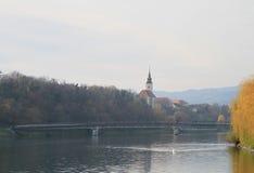 Voetbrug over de Drava-rivier in Maribor Royalty-vrije Stock Foto