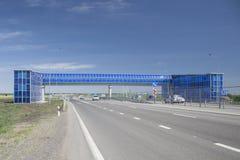 Voetbrug voor voetgangers op de moderne autosnelweg stock foto's
