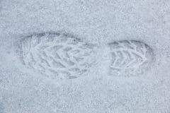 Voetdruk van een menselijke schoen op de witte sneeuw royalty-vrije stock fotografie