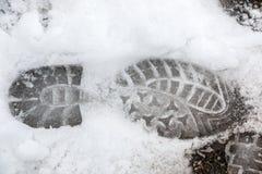 Voetdruk van een menselijke schoen op de witte sneeuw royalty-vrije stock afbeelding