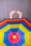 Voeten & regenboogparaplu Royalty-vrije Stock Foto's