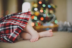 Voeten baby dichtbij Kerstboom Stock Foto's