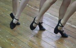 Voeten dansende meisjes in zwarte dansschoenen stock foto's