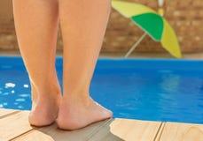 Voeten dichtbij pool Stock Foto's