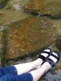 Voeten die in het water doorweken stock foto
