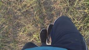 Voeten die op het gras lopen stock footage