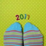 Voeten die sokken en nummer 2017 dragen, als nieuw jaar Royalty-vrije Stock Foto