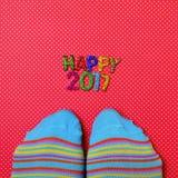 Voeten die sokken en tekst gelukkige 2017 dragen Stock Afbeelding