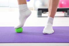 Voeten die van de mens oefeningen met rubberbal doen stock foto's