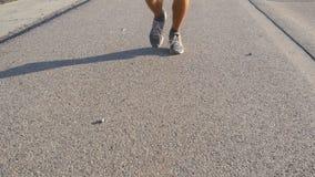 Voeten die van de sterke mens op weg in de zomer lopen Mannelijke benen die tijdens training opleiding op de route van het land b stock footage