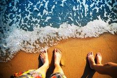 Voeten die zich op het strand bevinden royalty-vrije stock foto's