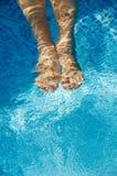 Voeten die zich in zwembad verfrissen Stock Afbeeldingen