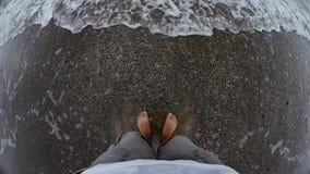 Voeten door de overzeese golven worden gewassen die stock videobeelden