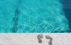 Voeten door het zwembad royalty-vrije stock foto