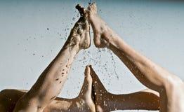 Voeten door schoon water worden verfrist dat Royalty-vrije Stock Foto