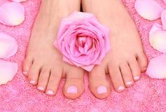 Voeten en bloemblaadjes Stock Foto's