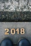 Voeten en nummer 2018, als nieuw jaar, op asfalt Royalty-vrije Stock Foto