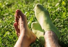 Voeten het houden van van paar op een picknick Royalty-vrije Stock Afbeeldingen