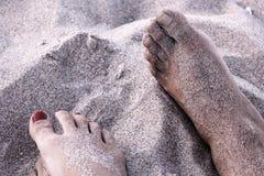 Voeten in het strand Stock Afbeelding