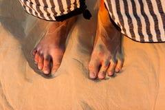 Voeten in het zand Stock Foto's