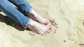 Voeten in het zand op het strand 4k stock videobeelden