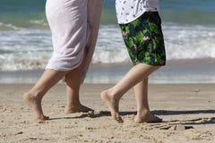 Voeten kinderen die langs de rand van het water lopen royalty-vrije stock afbeelding