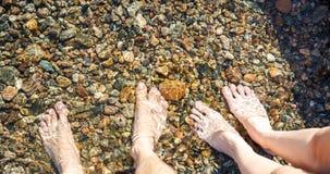 Voeten in koud water Stock Foto's