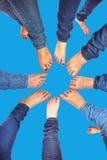 Voeten meisjes met jeans in een cirkel Royalty-vrije Stock Foto