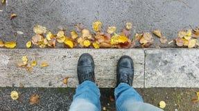 Voeten Mensen in de herfst Openluchtlevensstijl Stock Afbeeldingen