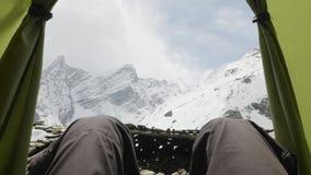 Voeten Mensen die genietend van de luchtmening van wolkenbergen van tent het kamperen ontspannen stock video