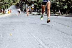 Voeten mensen die op asfaltweg lopen Stock Foto