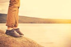 Voeten mensen die openluchtreislevensstijl lopen Stock Foto