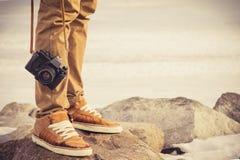 Voeten mensen en uitstekende retro fotocamera Stock Foto's