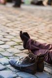 Voeten mensen en zijn leerschoenen openlucht Stock Afbeelding