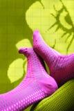 Voeten met gekleurde sokken Stock Afbeeldingen