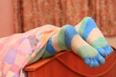 Voeten met gestreepte sokken stock fotografie