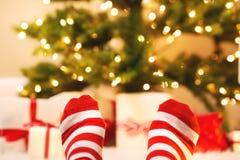 Voeten met gestreepte sokken met de dozen van de Kerstmisgift royalty-vrije stock foto