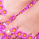 Voeten met roze bloemen royalty-vrije stock foto's