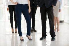Voeten millennial zakenman en zakenlieden die binnen stellen royalty-vrije stock afbeelding
