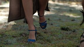 Voeten modellen voor de reclame van modieuze vrouwen` s laarzen