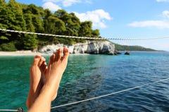 Voeten omhoog op een boot Stock Fotografie