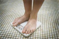 Voeten op de Schaal van het Gewicht Stock Foto