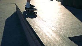 Voeten op een skateboard stock footage